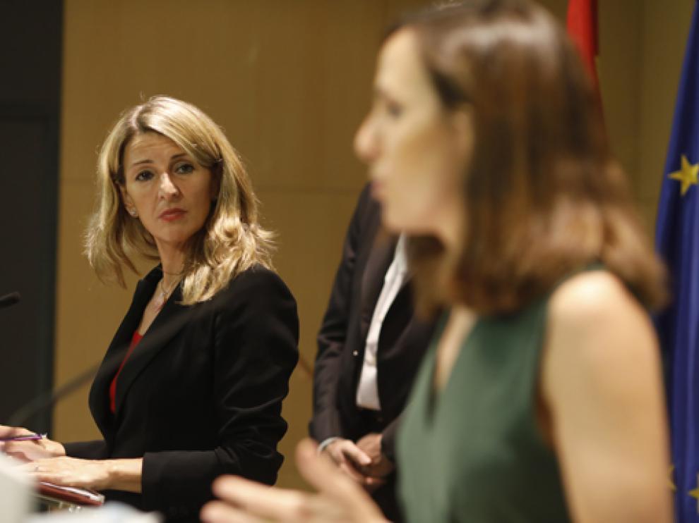 Díaz y Belarra este lunes durante la firma del convenio para evitar la precariedad en el empleo juvenil.