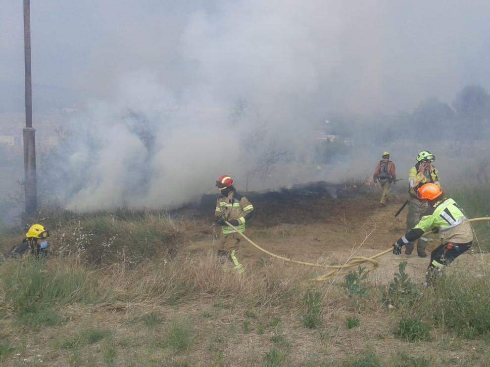Efectivos del Speis trabajan en el control y extinción de un incendio en Barbastro el pasado junio.