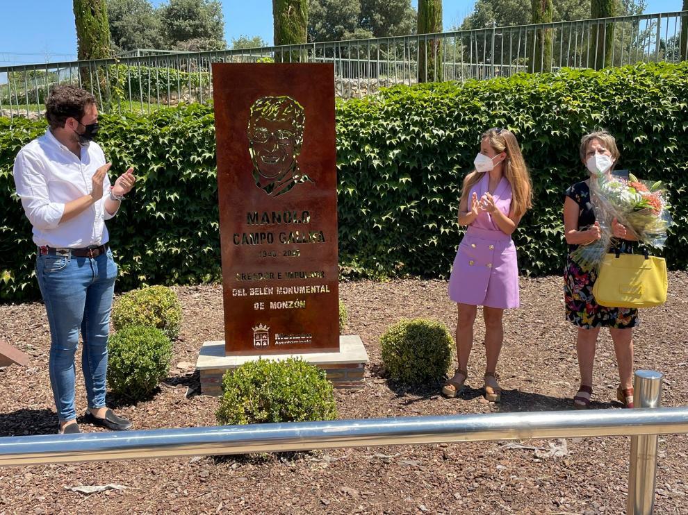 El alcalde de Monzón junto a la hija y la esposa de Manolo Campo, en la inauguración del monolito.