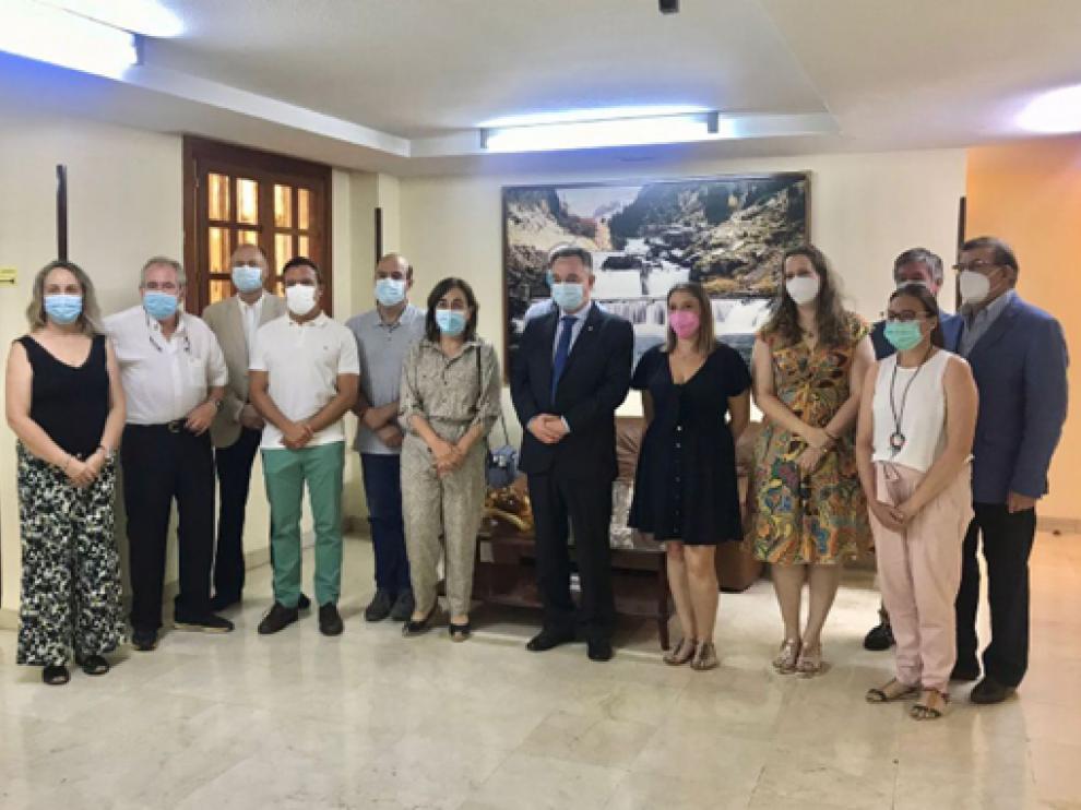 Foto de familia de la nueva junta directiva del Colegio Oficial de Médicos de Huesca.