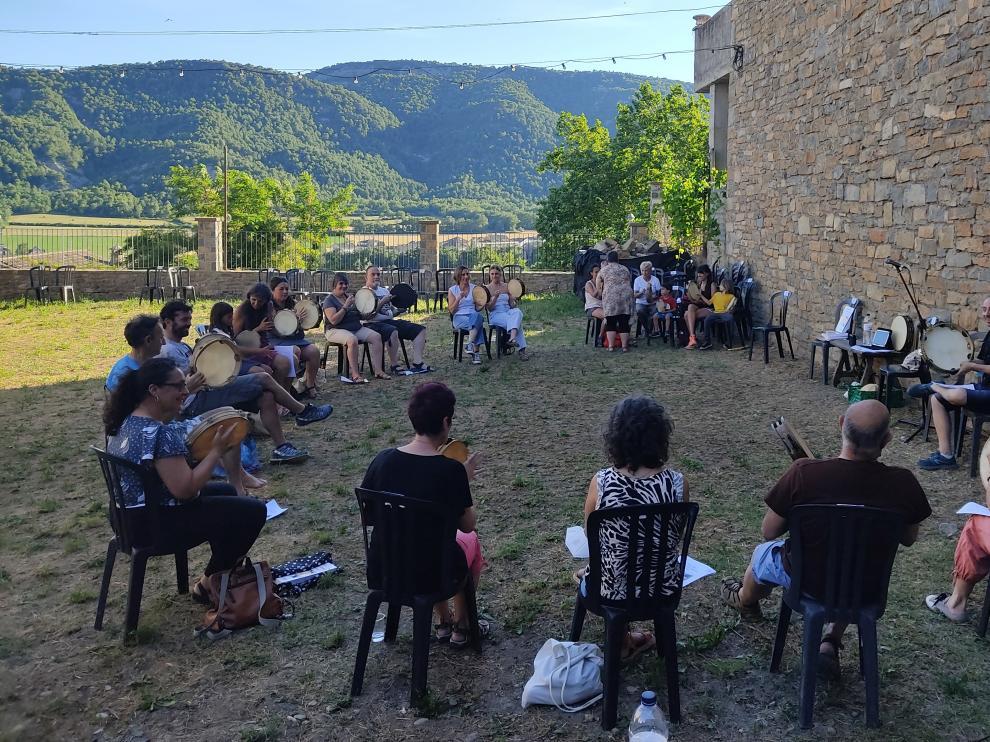 Imagen del curso de pandereta dado el pasado domingo en el Castillo de Aínsa.