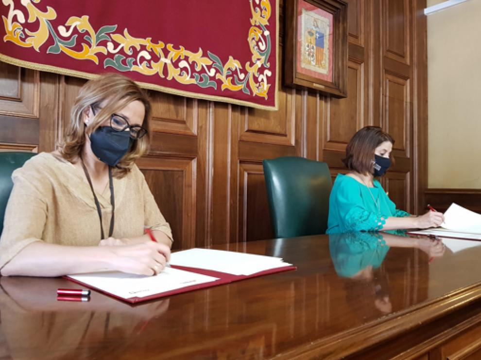 Mayte Pérez y Emma Buj, durante la firma del convenio de colaboración.