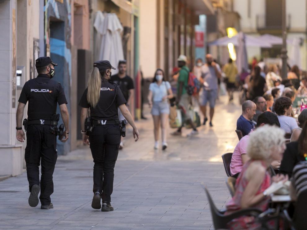 Policías patrullando tras el refuerzo del dispositivo por el incremento de infecciones.