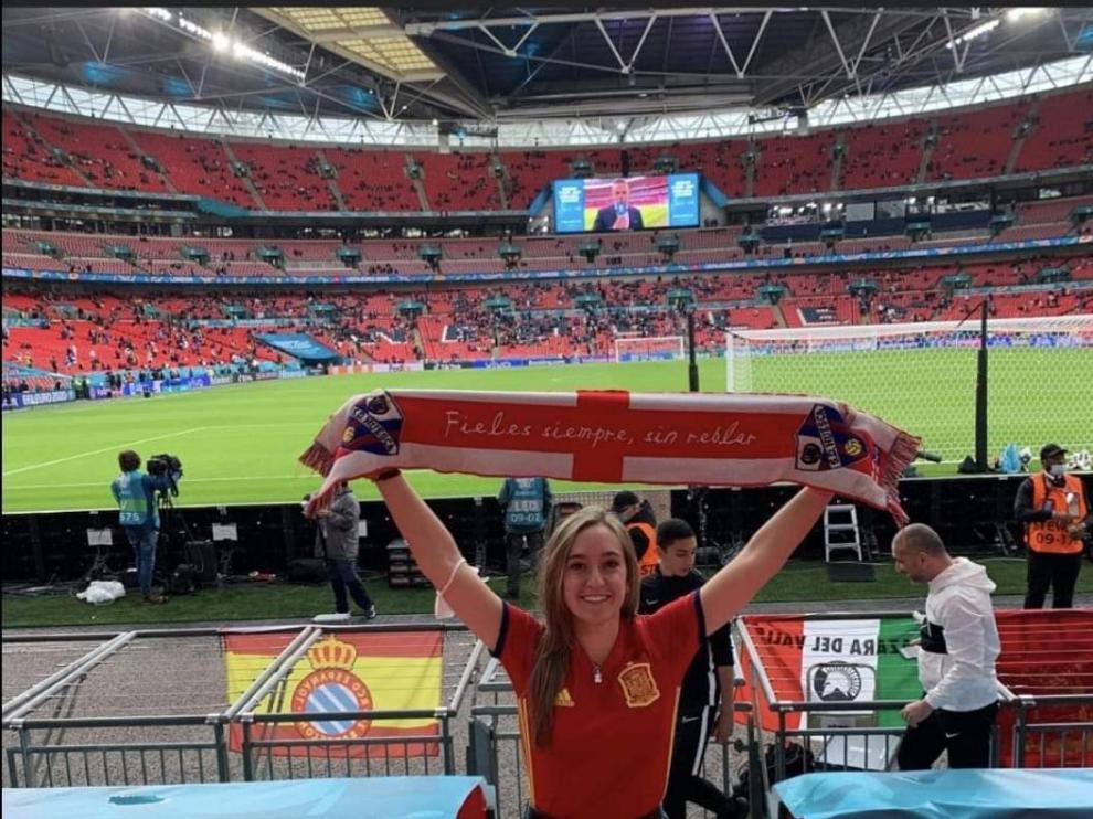 Carlota, en Wembley con la bufanda del Huesca.