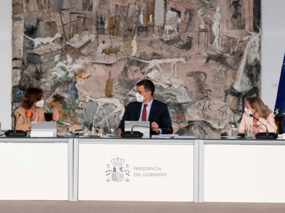 El presidente Pedro Sánchez, presidió este martes el Consejo de Ministros junto a Calvo (izquierda) y Calviño.