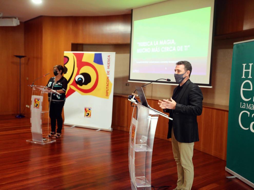 El director gerente de TuHuesca, Fernando Blasco, junto a la vicepresidenta de la DPH, Elisa Sancho.
