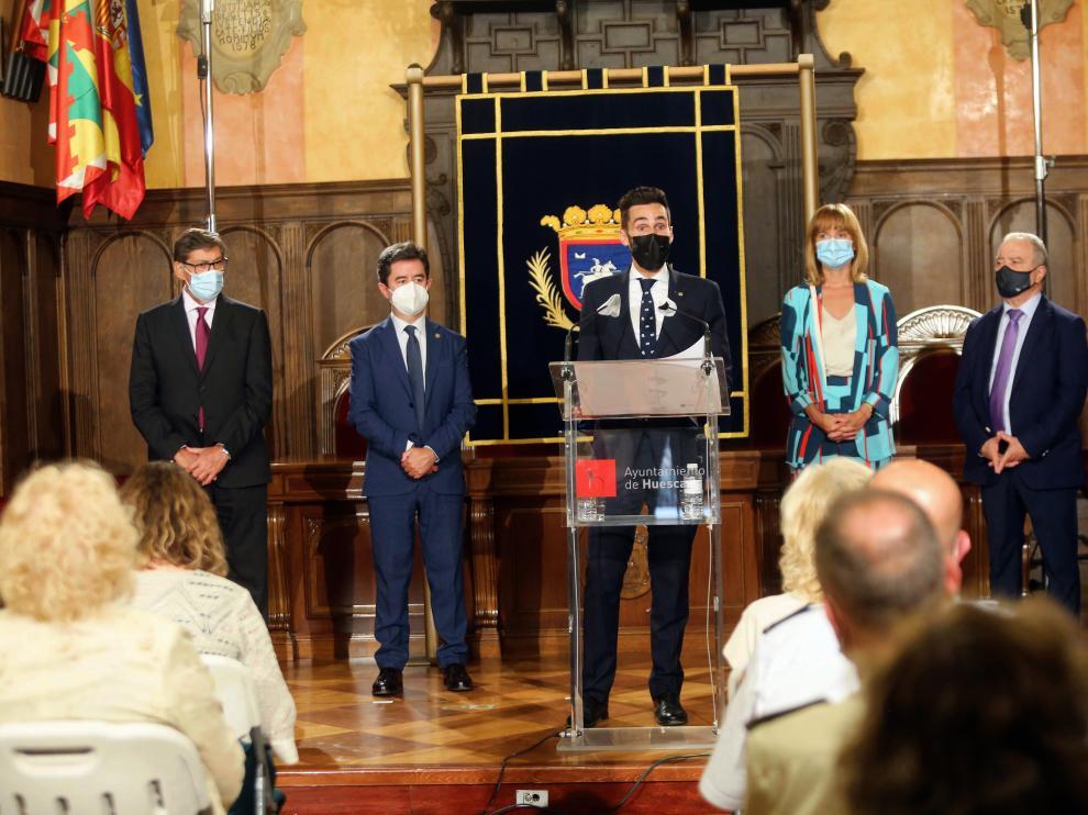 El secretario de Estado de Seguridad, Rafael Pérez, con Luis Felipe, Pilar Alegría, Arturo Aliaga y Miguel Gracia flanqueándole.