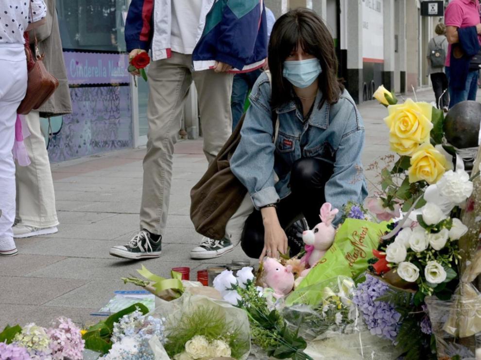 Una mujer deposita flores en el lugar donde asesinaron a Samuel