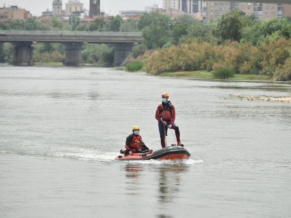 Bomberos de Zaragoza durante el dispositivo de búsqueda de Karim en el Ebro