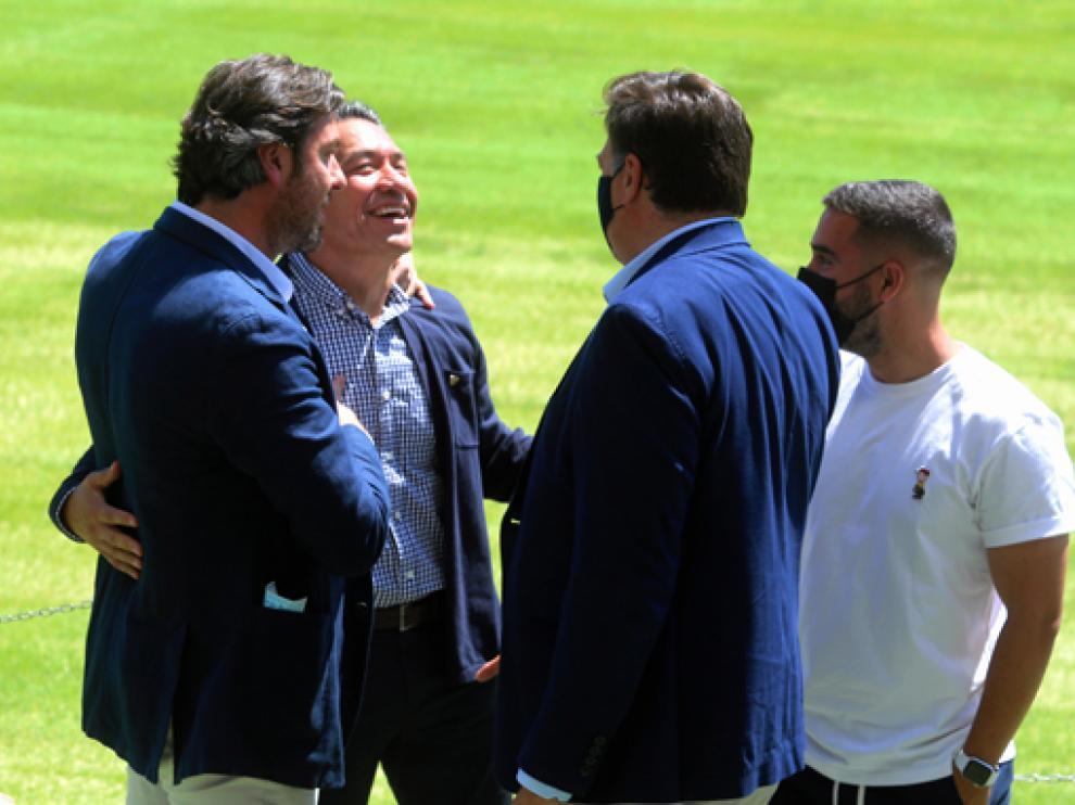 Rubén García, Manuel Torres y Jordi Carracedo conversan con Nacho Ambriz sobre el césped de El Alcoraz.