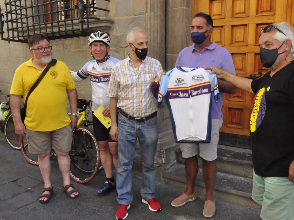 Entrega del maillot conmemorativo al Ayuntamiento de Jaca. R.G.