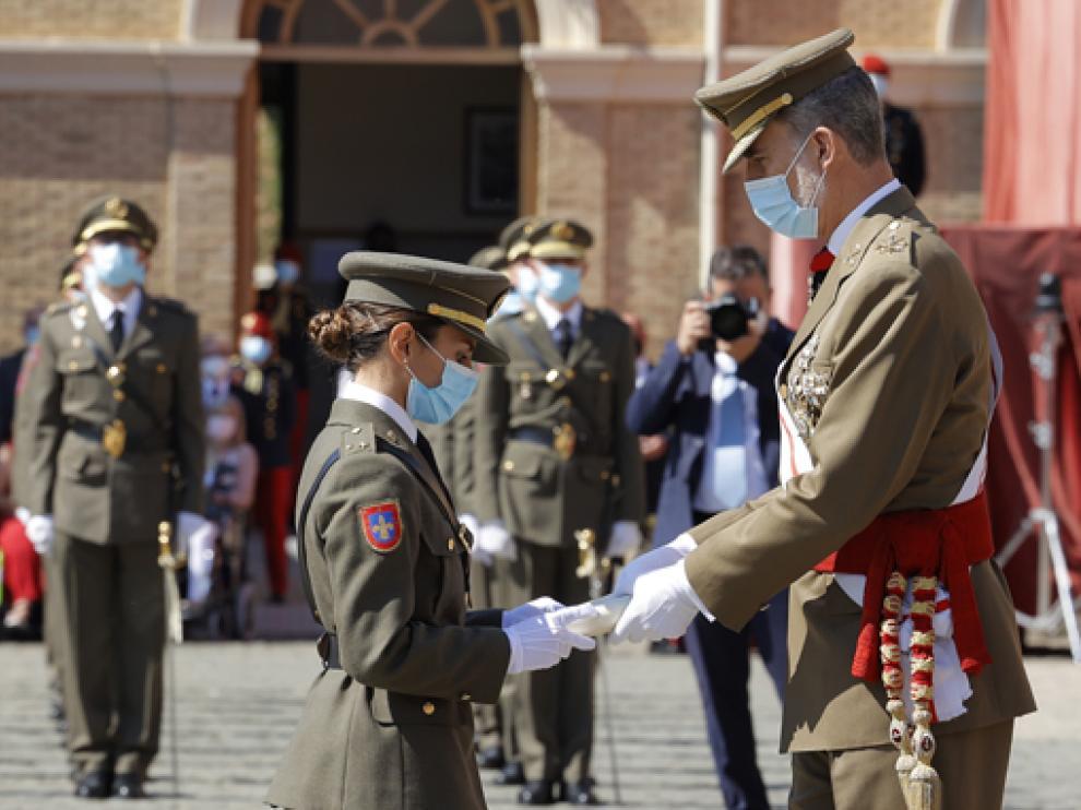 El Rey junto a Yolanda González Fenoll, del Cuerpo de Intendencia.