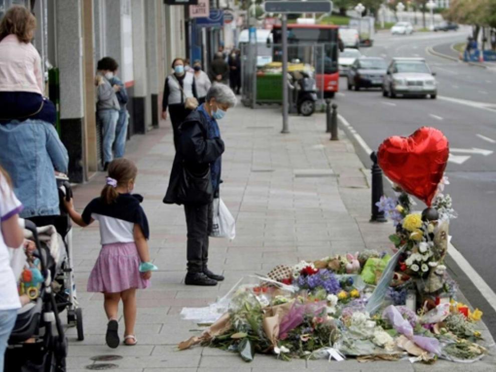 Flores y velas en el lugar en el que fue asesinato Samuel Luiz, en A Coruña