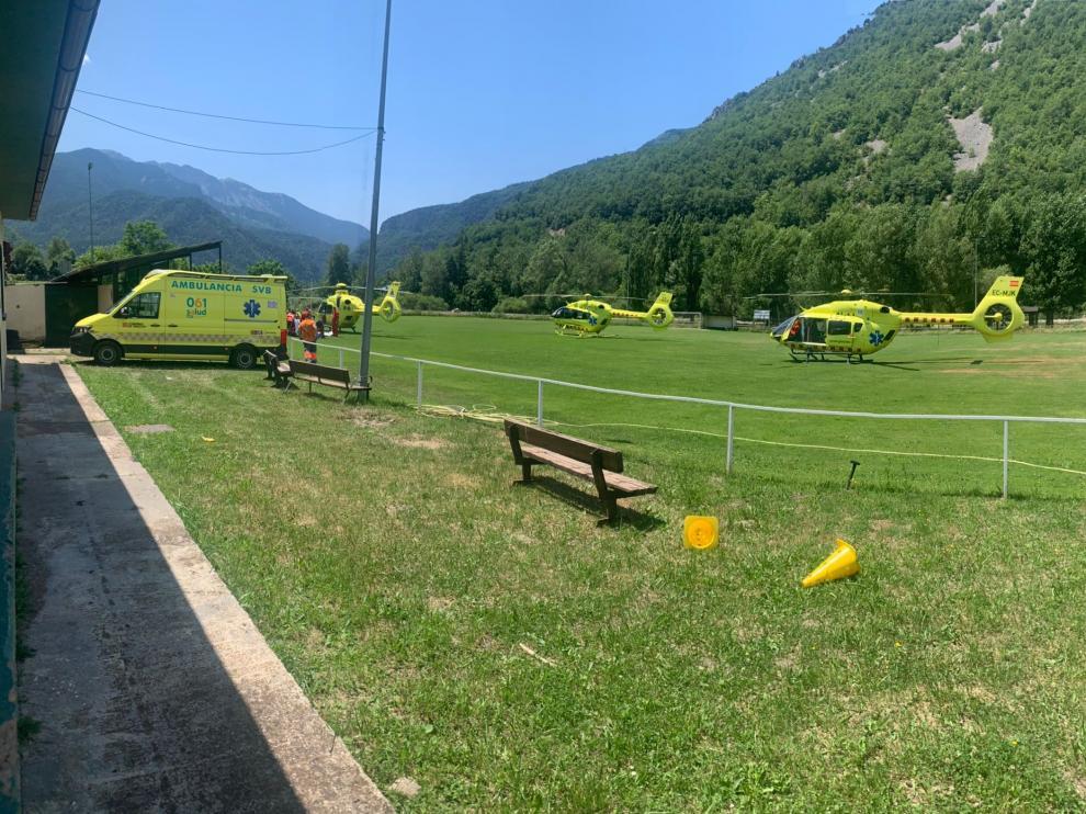 Algunos de los helicópteros desplazados a la zona para rescatar a los heridos y apagar el fuego.