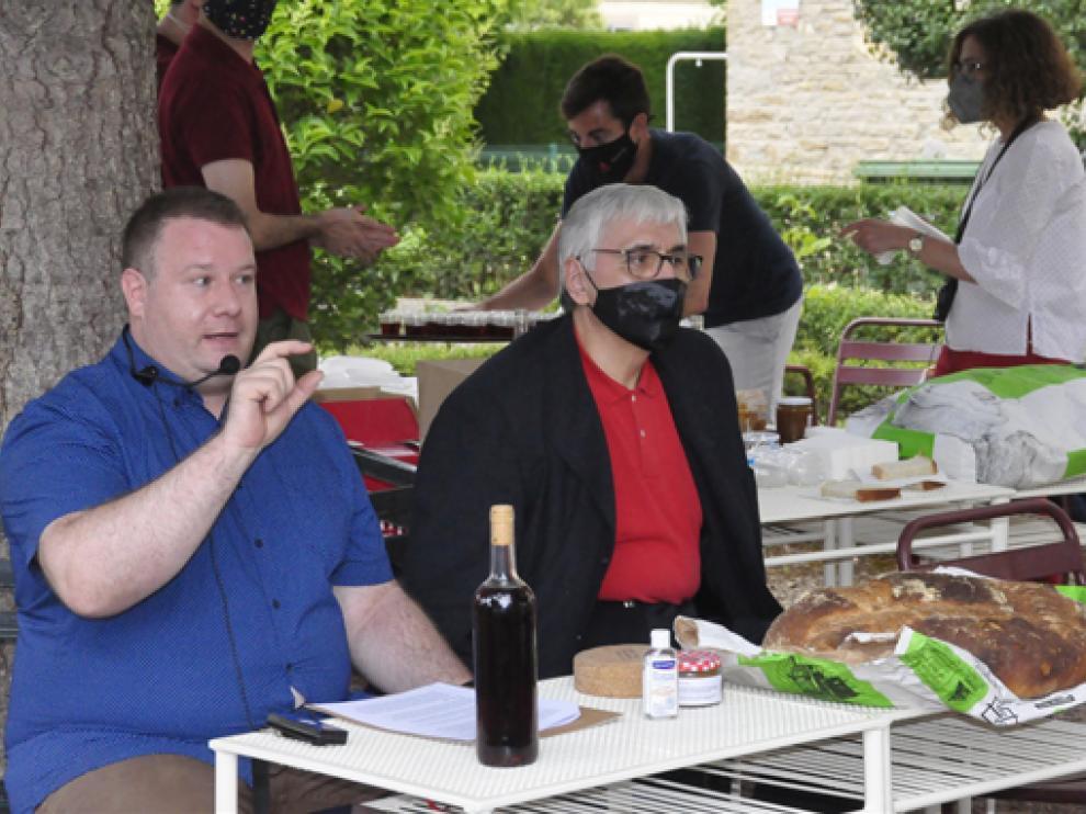 Luis Ángel López y Domingo Buesa, junto a los alimentos en la cata en los jardines de la residencia.