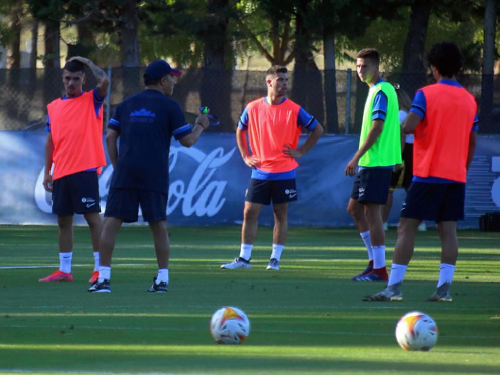 Nacho Ambriz da instrucciones a sus jugadores durante el entrenamiento matinal de este viernes.