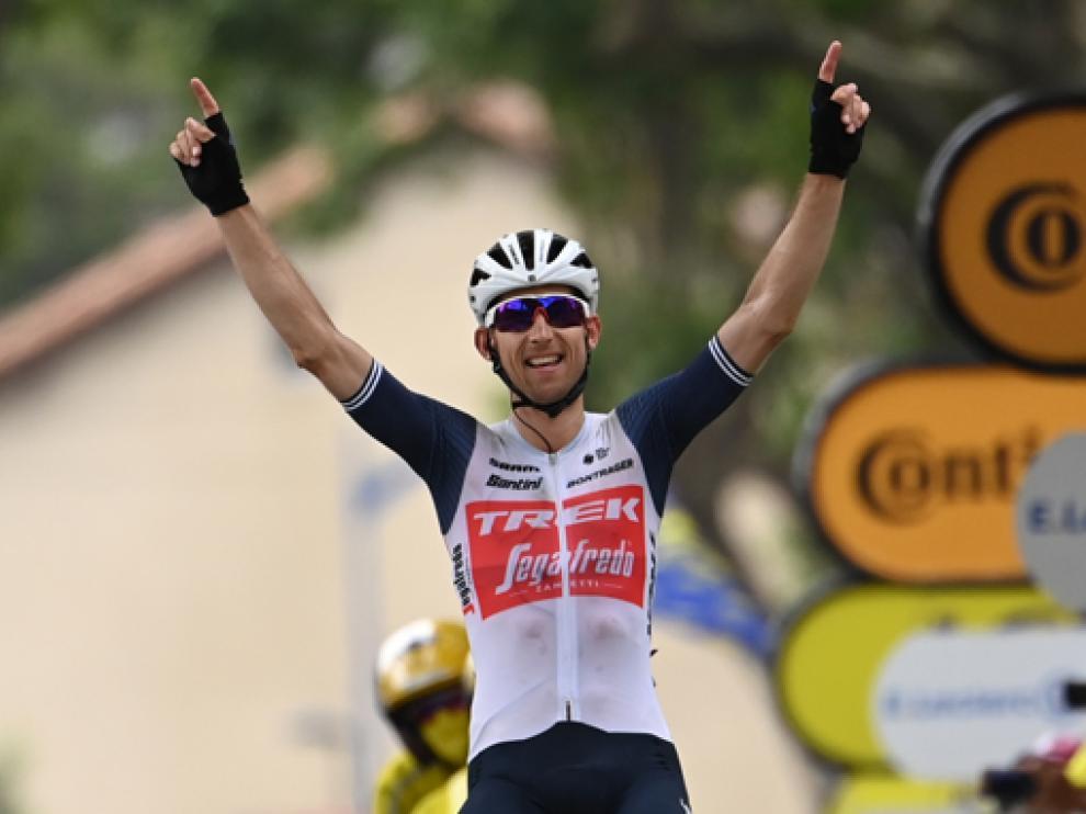El ciclista holandés levanta los brazos en la meta de Quillan después de una exhibición en el tramo final.