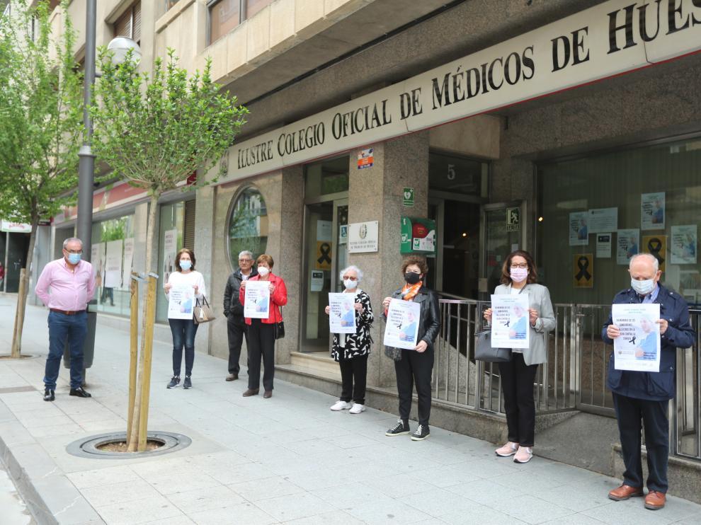 Miembros del Colegio Oficial de Médicos guardando un minuto de silencio por las víctimas del covid