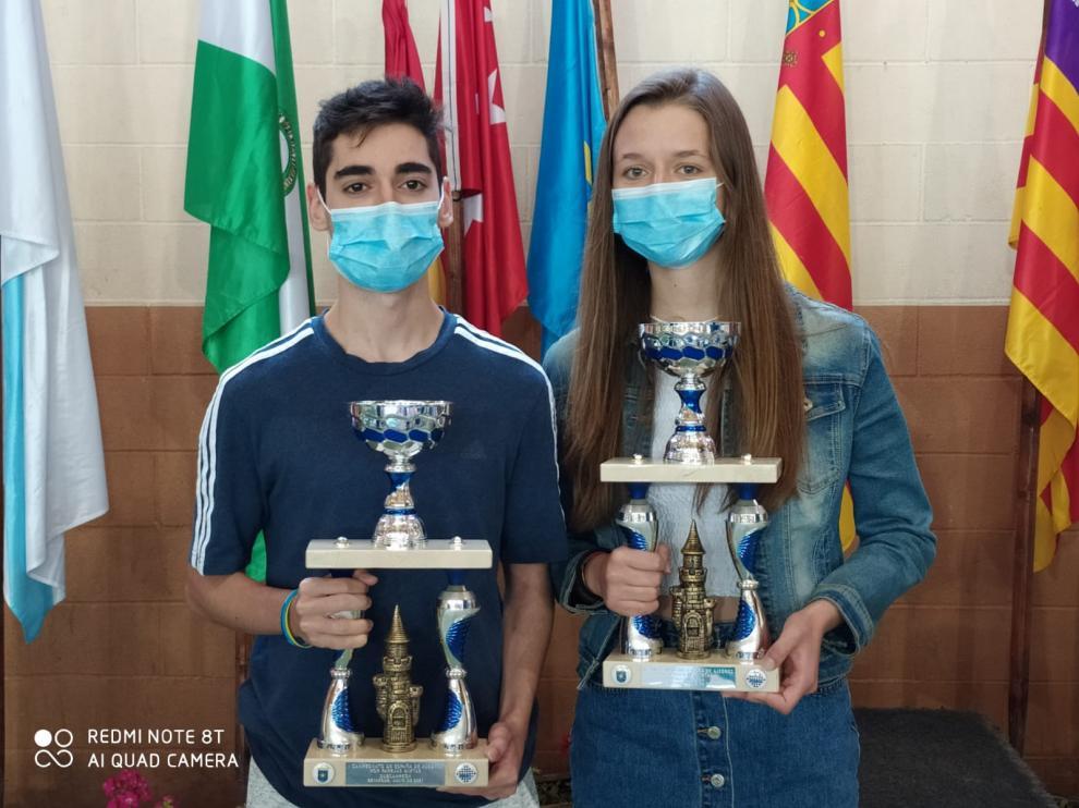 Pedro Ginés y María Eizaguerri, con su trofeo de subcampeones.