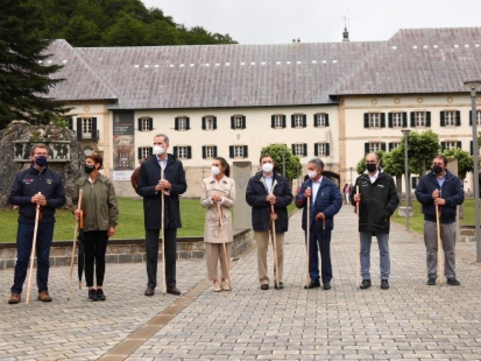 Los Reyes y los presidentes autonómicos durante el acto
