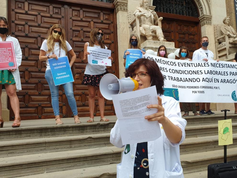 Concentración de la Plataforma de Médicos Eventurales de Aragón en el Paraninfo de Zaragoza el pasado 20 de junio.