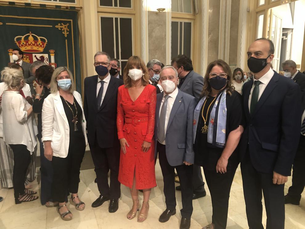 Alegría, en el centro, junto al actual presidente de la DPH, Miguel Gracia, el expresidente Marcelino Iglesias y otros diputados.