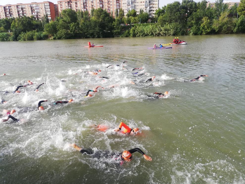 Los triatletas, en el río durante el primer sector de la prueba.