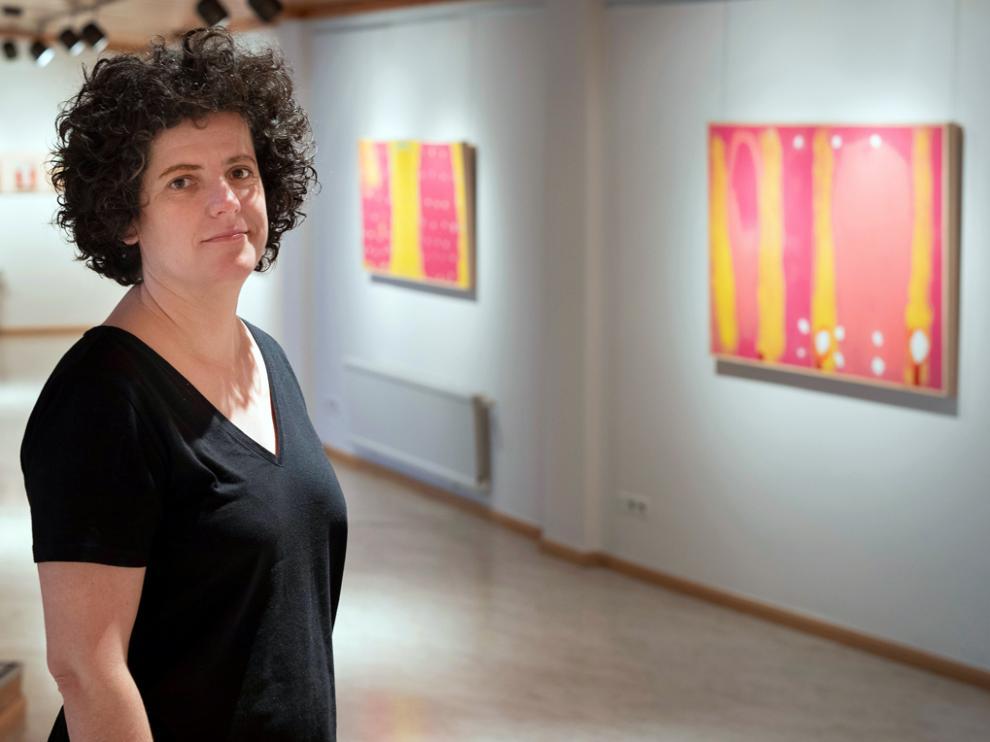 Ana Escar, en el Palacio de Congresos de Jaca, junto a varias de sus obras.