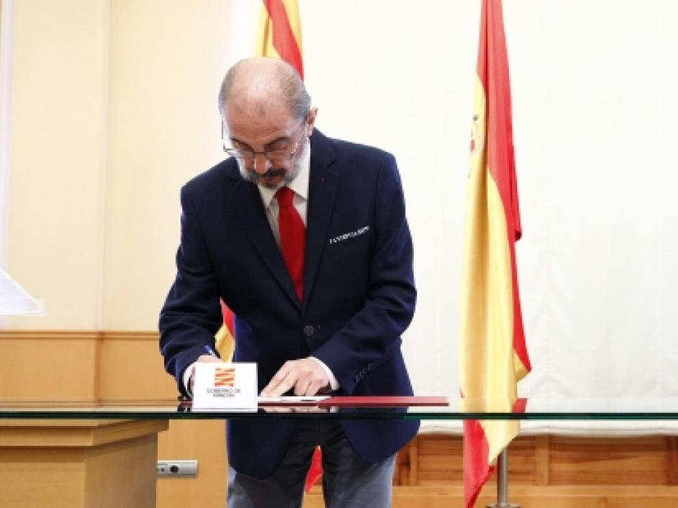 El Presidente de Aragón, Javier Lambán, y el presidente de Correos, Juan Manuel Serrano, firman un convenio marco de colaboración para desarrollar actividades conjuntas que permitan acercar la Administración a la ciudadanía
