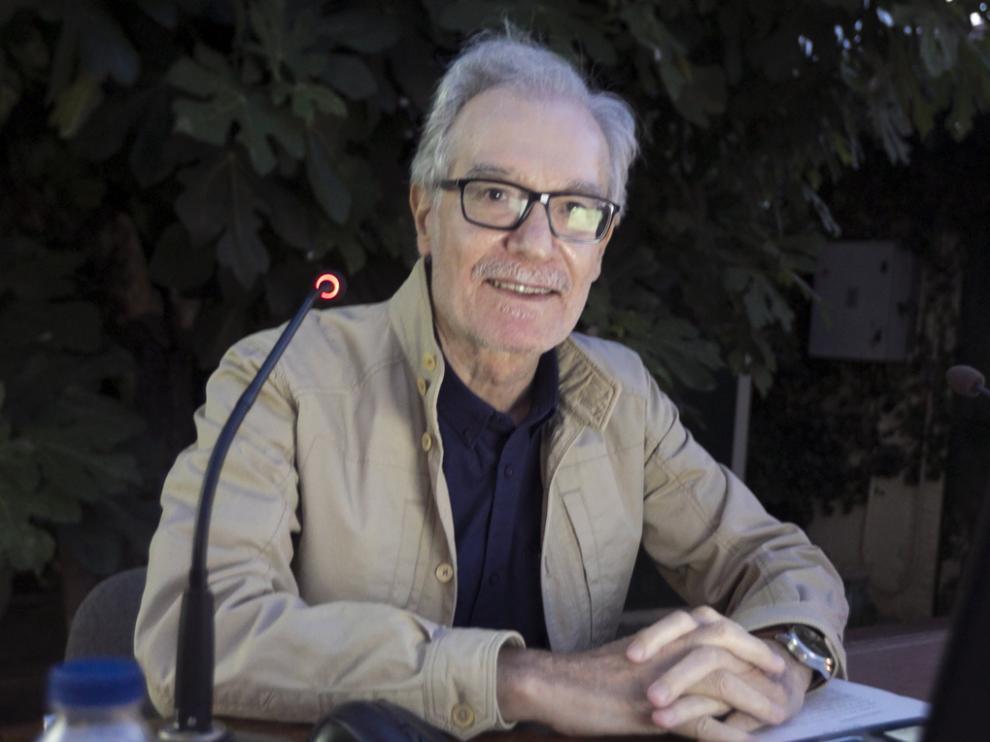 Francisco Marco inauguró anoche el ciclo de conferencias en el jardín del IEA.