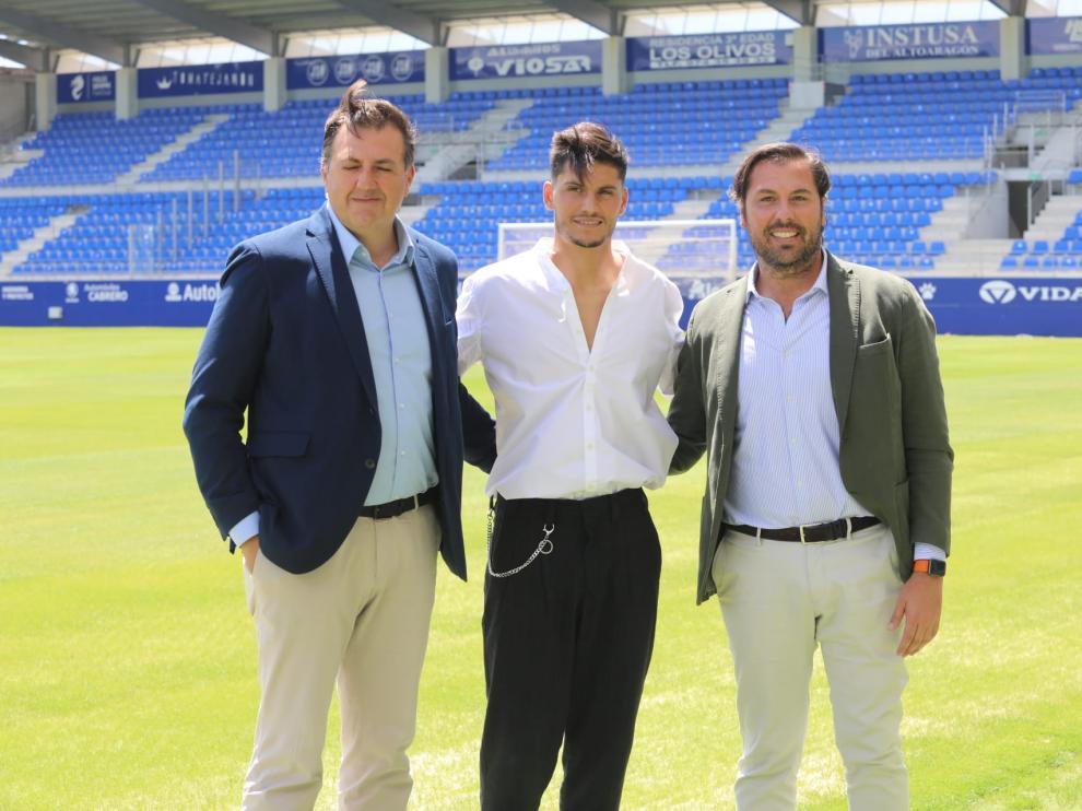 Rubén García, junto a Cristian Salvador y al consejero delegado del club, Manolo Torres