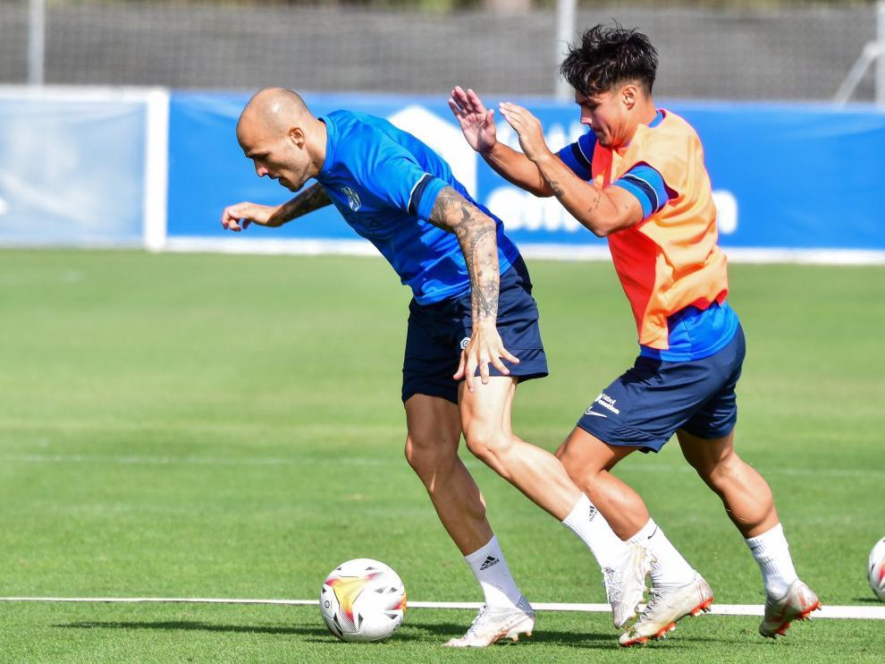 Sandro protege la pelota ante la presión de Barba.