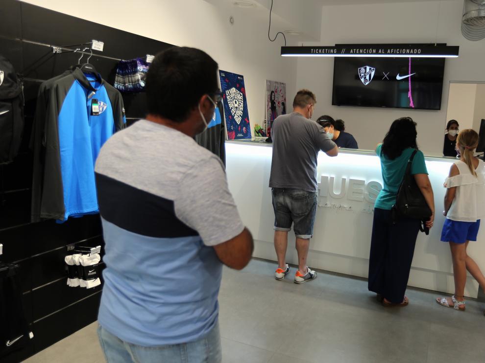 La tienda del club ha recibido de nuevo a muchos abonados.