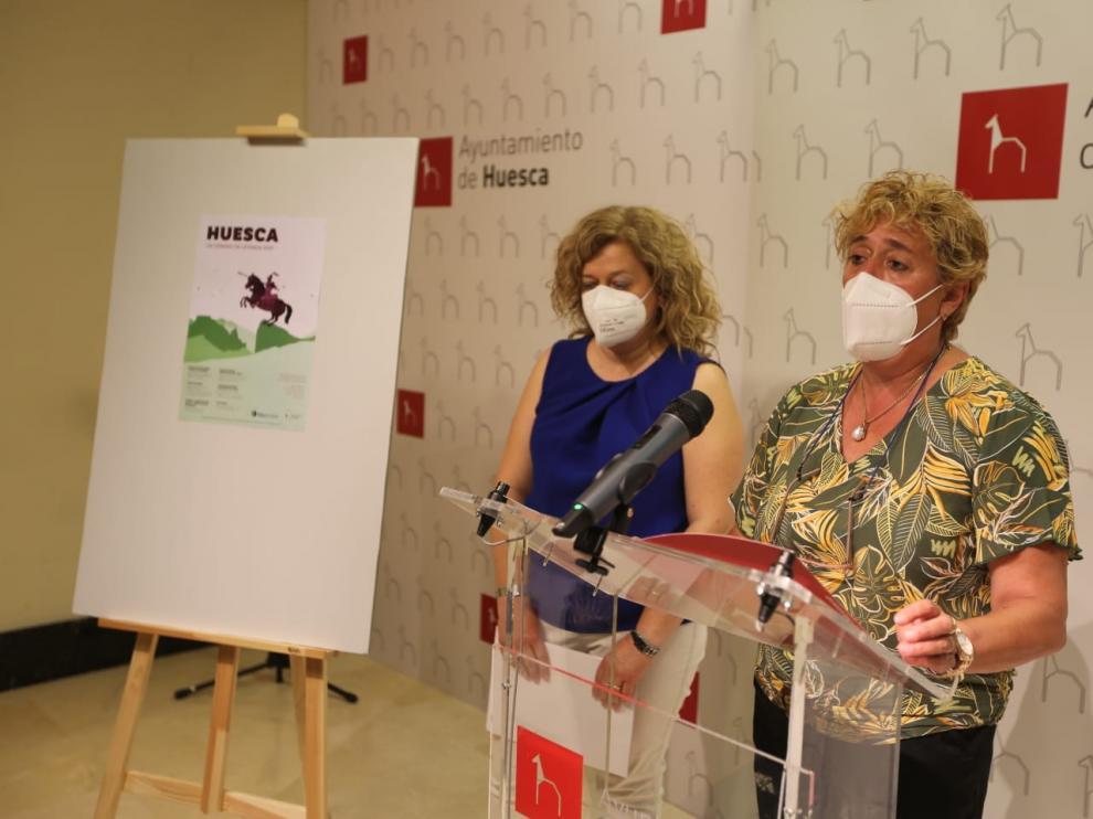 Sonia Blanco, técnico de Turismo del Ayuntamiento de Huesca y Rosa Gerbás, concejal, durante la presentación