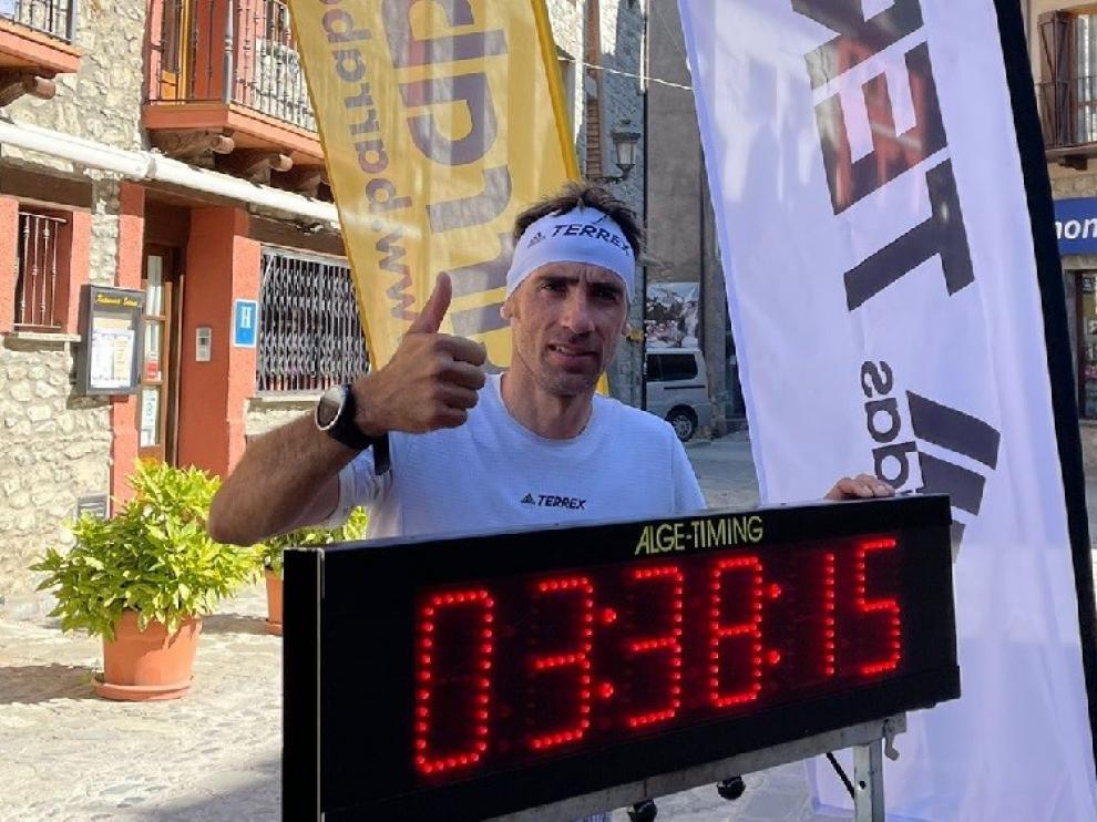 Luis Alberto Hernando muestra el crono con el nuevo récord.