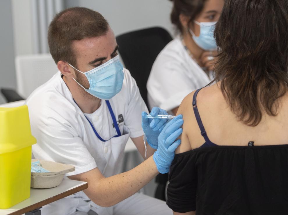 Vacunación de una joven en el Zendal de Madrid.