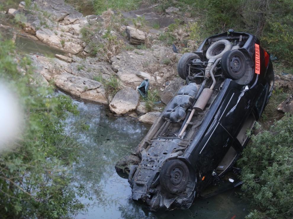 Estado que presentaba el vehículo tras quedar volcado en el río.