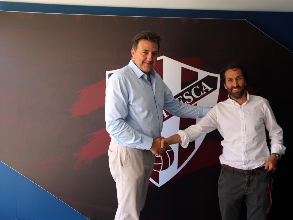 Manolo Torres y Jorge Blasco, consejero delegado del Huesca y director ejecutivo de Embou, en El Alcoraz.
