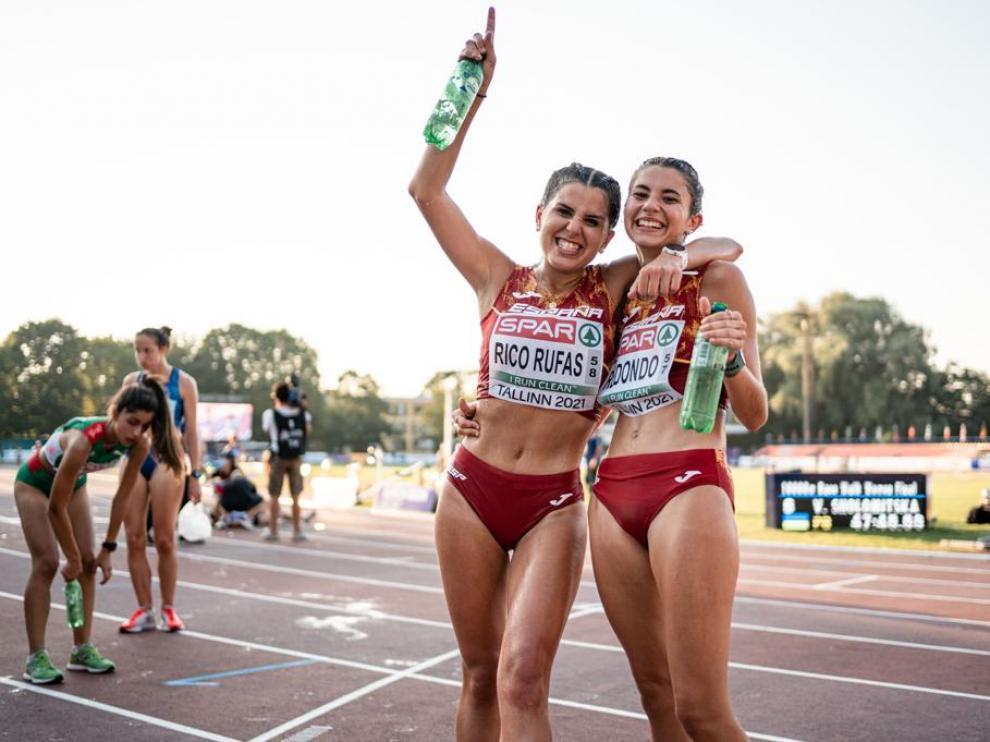 Eva Rico, junto con Lucía Redondo al final de la prueba de marcha en Tallin.