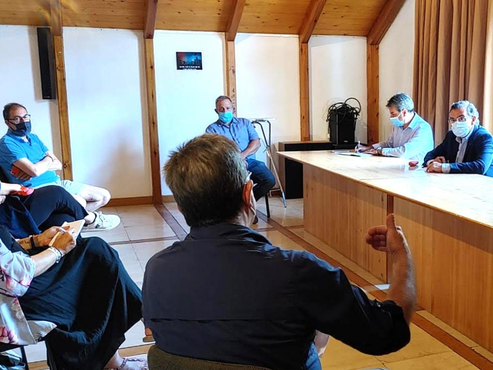 Luis María Beamonte, líder del PP, durante la reunión con los empresarios turísticos