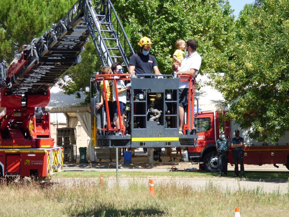 Los niños, en las demostraciones del cuerpo de bomberos