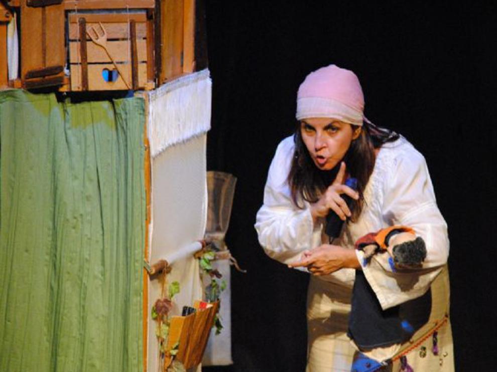 Imagen de Trapusteros Teatro representando la obra 'Marieta y el Buey Bumbá'