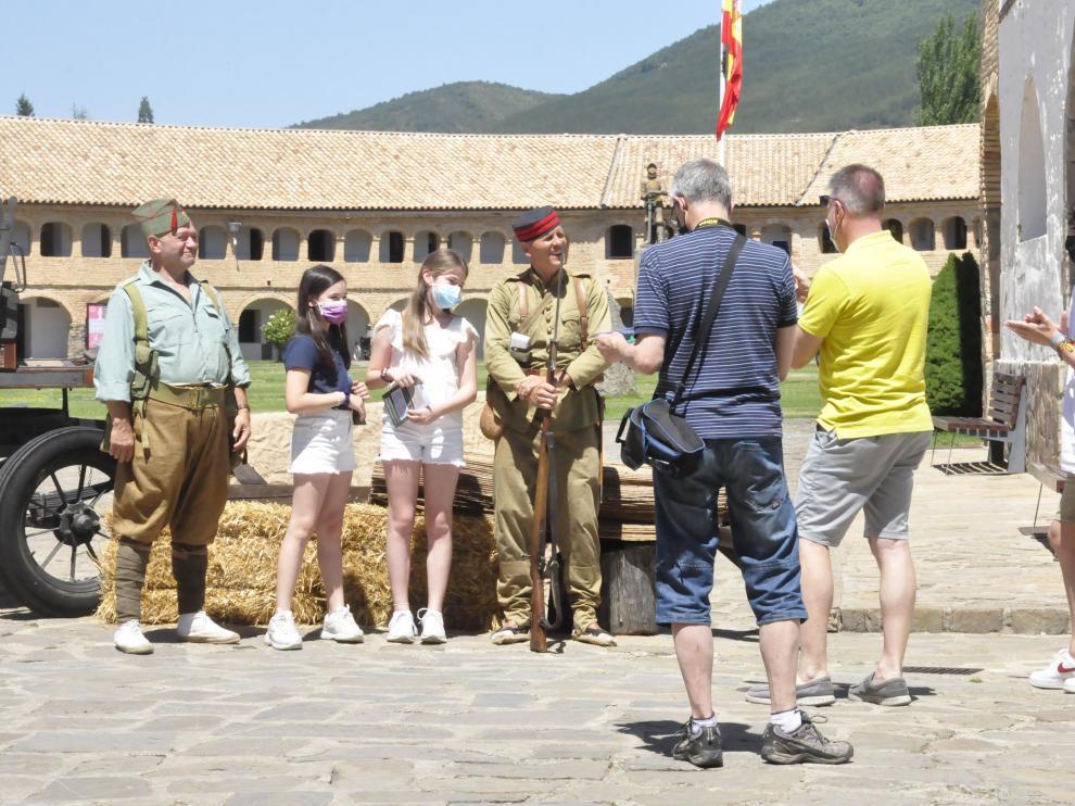 Un grupo de visitantes se fotografía con dos de los recreadores en el interior de la Ciudadela.