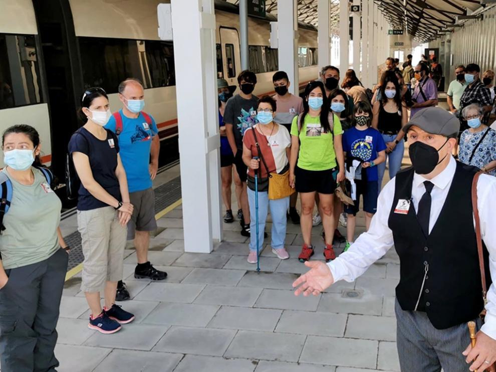 Los asistentes a la visita teatralizada, a su llegada a la nueva estación de Canfranc