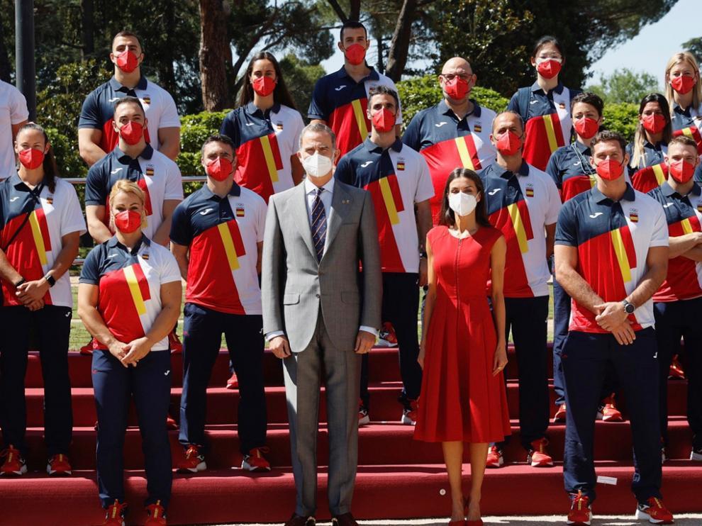 Los reyes posan junto a una representación del equipo olímpico español