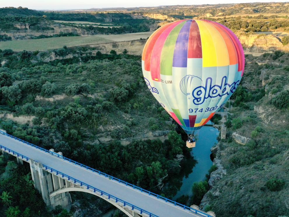 Un vuelo turístico, de Globos.es, sobre el río Alcanadre