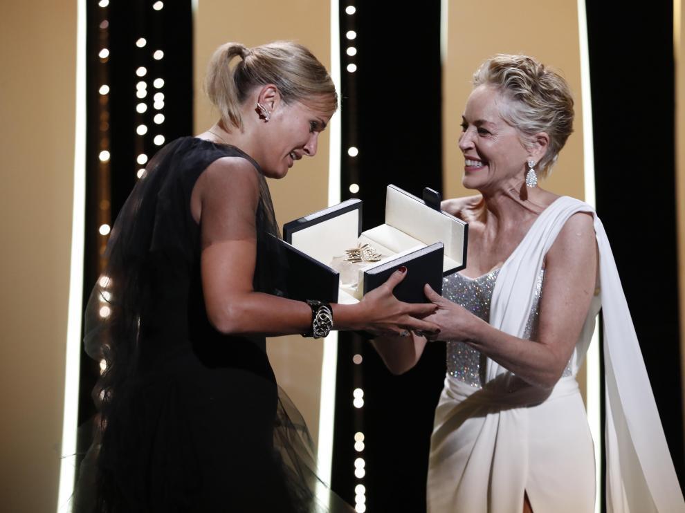 Julia Ducournau recibió la Palma de Oro de manos de Sharon Stone.