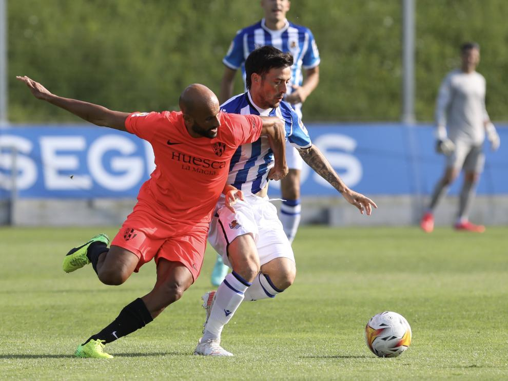 Mikel Rico trata de robarle el balón a David Silva.