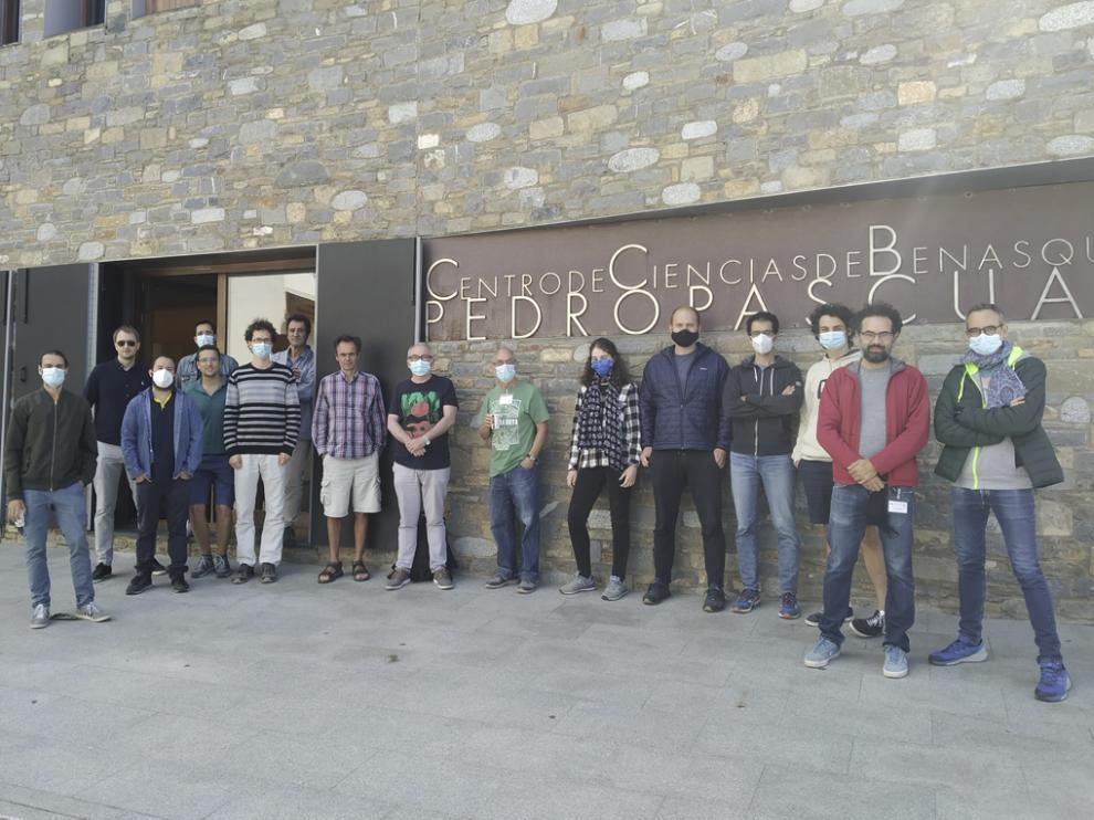 "Algunos responsables frente al Centro de Ciencias ""Pedro Pascual"", en Benasque."