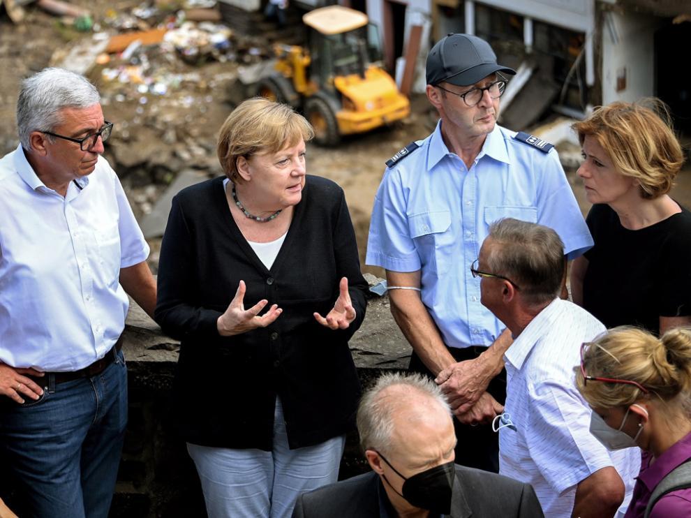 Angela Merkel (centro) visitó varios puntos críticos de la catástrofe vivida en Alemania.